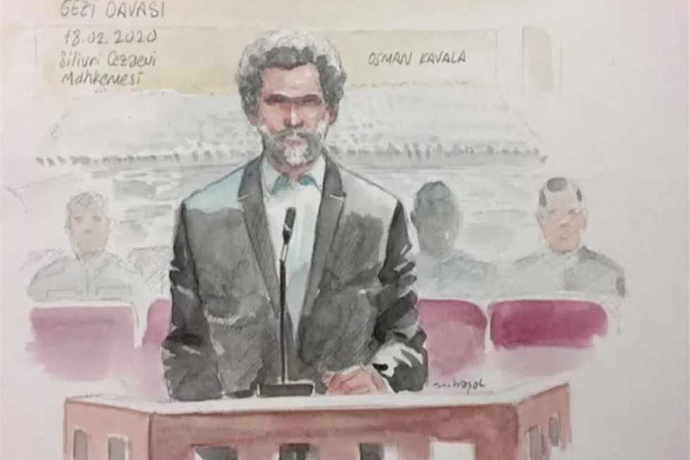 """Casusluk ve protesto düzenleme suçlamalarıyla hapse atılan Türk iş adamı ve insan hakları savunucusu Osman Kavala, kendisine yönelik son iddianamenin daha önce düşürülmüş suçlamalara dayanılarak """"keyfi ve yasadışı"""" olduğunu vurguladığı için """"yasadışı"""" olduğunu belirtti."""