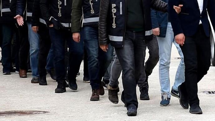 İstanbul Cumhuriyet Savcılığı tarafından yürütülen soruşturma kapsamında 120 kişinin gözaltına alınmasına karar verildi. Dünden bu yana Cumhuriyet Savcılığının talimatıyla 12 şehirde polis operasyonları sonucu bugüne kadar 93 kişi gözaltına alındı. Gözaltına alınanlar arasında Halkın Hukuk Bürosu avukatlarından Seda Şaraldı ile Grup Yorum üyeleri Metin Kaleli ve Yaşar Coşkun da var.