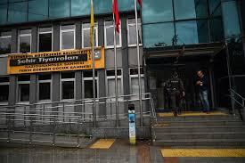 """İstanbul Büyükşehir Belediye Başkanı Akram İmamoğlu, kararı kınadığını ifade etti. Türk muhalefet gazetesi """"Invaded Dovar"""" ın internet sitesinde, daha önce devlet tiyatrolarında Türkçe olarak gösterilmiş olmasına rağmen, en büyük muhalefet partisi olan Cumhuriyet Halk Partisi'ne mensup İmamoğlu'nun ihbarları ve oyunun gösterilmesinin önündeki şaşkınlıktan alıntı yapıldı. İmamoğlu, """"Kürtçe sunulursa ne olur ?!"""" diye sorarak, """"Türkiye'yi yöneten zihniyetin ulaştığı durumun bu olduğuna inanamıyorum."""""""