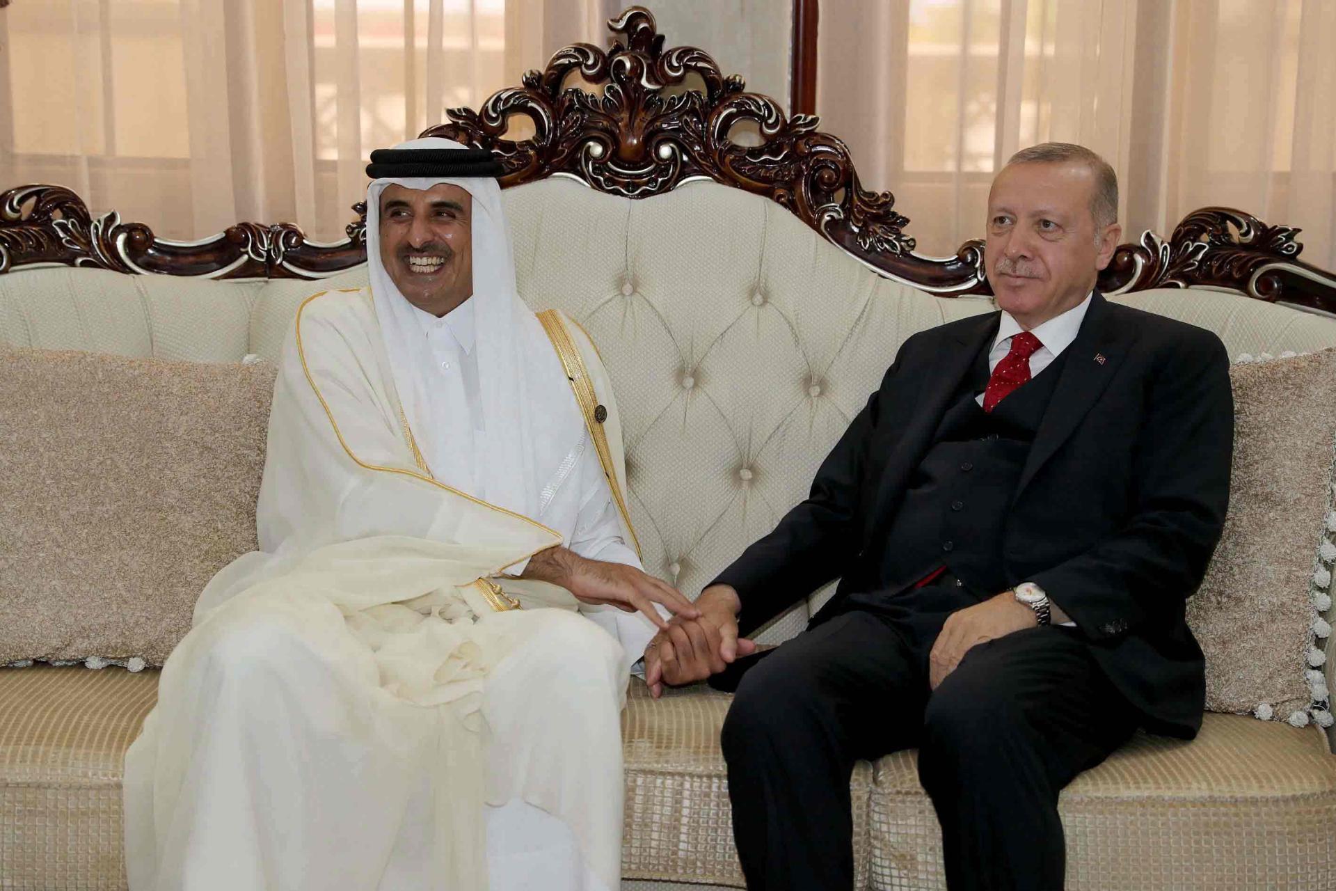 Katar fonları Türkiye'yi kuşatıyor. Doha, egemen fonu yararına Ankara'nın imkanlarını satın aldı. Doha'nın parası sadece Türkiye ekonomisi için bir can simidi değil, aynı zamanda Ankara'nın ekonomisini çevreleyen ve yeteneklerini kontrol eden boğucu bir halka haline geldi. Katar Yatırım Otoritesi ve egemen fonu, Doha'nın fonları, özellikle ekonomik krizin ışığında, tüm Türk ekonomik yönlerine girinceye kadar Türkiye'ye para pompalamaya başladı. Ankara'nın son dönemde yaşadığı ancak mesele, Katar'ın fonlarının kontrolündeki Türk ekonomisinin kaderini tehdit eden ve ardından egemenliğini de tehdit eden bir felakete dönüştü, böylece Türkiye, ekonomik gerilemenin çekici ile Katar'ın iktisabının örsü arasında.