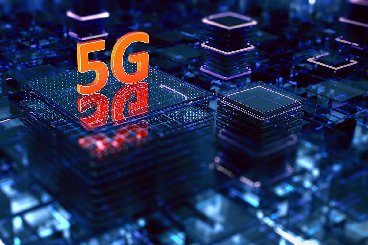 Telekomünikasyon alanında 5G, cep telefonu şirketlerinin 2019 yılında dünya çapında uygulamaya başladığı geniş bant hücresel ağlar için beşinci nesil teknoloji standardıdır ve en güncel cep telefonlarına bağlantı sağlayan 4G ağlarının planlanan halefidir. Selefleri gibi, 5G ağları da hizmet alanının hücre adı verilen küçük coğrafi alanlara bölündüğü hücresel ağlardır. Hücredeki tüm 5G kablosuz cihazlar, hücredeki yerel bir anten aracılığıyla radyo dalgaları aracılığıyla İnternete ve telefon ağına bağlanır. Yeni ağların ana avantajı, daha yüksek bant genişliğine sahip olmaları ve saniyede 10 gigabit (gigabit / saniye) sonunda daha hızlı indirme hızları sağlamalarıdır. Artan bant genişliği göz önüne alındığında, ağların yalnızca mevcut hücresel ağlar gibi cep telefonlarına hizmet etmekle kalmayacağı, aynı zamanda kullanım için kablolu internet gibi mevcut ISS'lerle rekabet etmesi ve ayrıca dizüstü bilgisayarlar ve masaüstü bilgisayarlar için genel internet servis sağlayıcılarını etkinleştirmesi beklenmektedir. Nesnelerin İnterneti (IoT) ve makineden makineye alanlarında yeni uygulamalar. 4G cep telefonları, beşinci nesil teknolojiyi destekleyen kablosuz cihazlar gerektiren yeni ağları kullanamaz.