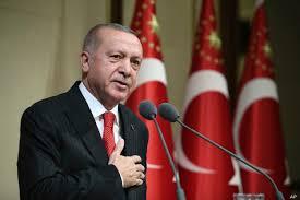 Bu kazadan etkilenenlerin umurunda olmadığı için Türkiye Cumhurbaşkanı Recep Tayyip Erdoğan'a suç parmağı gösterilince, 1939'da ölü sayısının 33 bin olduğu bir depremin ortaya çıktığını ve muhaliflerden birinin dedesinin o sırada İçişleri Bakanı olduğunu açıkladı.Cuma günü Ege Denizi'nde meydana gelen Richter ölçeğine göre 6,6 şiddetinde bir deprem, Türkiye'nin batı bölgelerini, özellikle de diğer Türk devletlerinden daha fazla hasar gören İzmir eyaletini vurdu.AFAD, depremin merkez üssünün Ege Denizi'nde olduğunu, İzmir'in Safrihisar kenti kıyılarına 17 km, yeryüzünün 16.54 km altında meydana geldiğini belirtti.Deprem Yunanistan'ın Samos adasını da vurarak Vathy kentindeki bir okulda iki öğrenciyi öldürürken, 8 kişi de yaralandı.