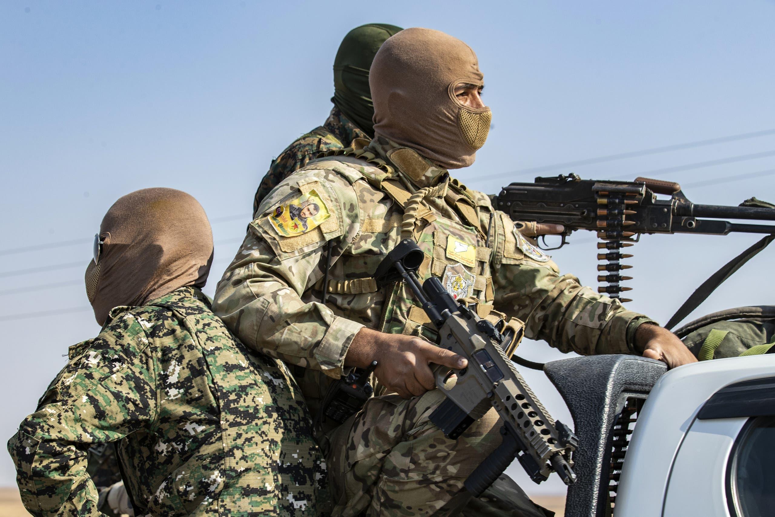 Suriye İnsan Hakları Gözlemevi'nin aktardığına göre, Pazar akşamı Halep'in kuzey kırsalının eksenlerinde, bir tarafta Kürt güçleri ve diğer tarafta Türkiye'ye sadık gruplar arasında aralıklı çatışmalar yaşandı. Kürt güçlerinin unsurları, Marea kenti yakınlarındaki Kafr Kalbin eksenine sızarak oradaki Türk yanlısı fraksiyonların unsurlarıyla çatışmaya girdi. Bu, Ayn Digna köyünde Türk kuvvetlerinin ağır toplarla bombalanması ile aynı zamana denk gelirken, Kürt güçleri Halep'in kuzey kırsalındaki Kafr Kaşıkçı'daki Ankara yanlısı grupların bölgelerini bombaladı. Şu ana kadar can kayıpları hakkında bilgi alınmadı.