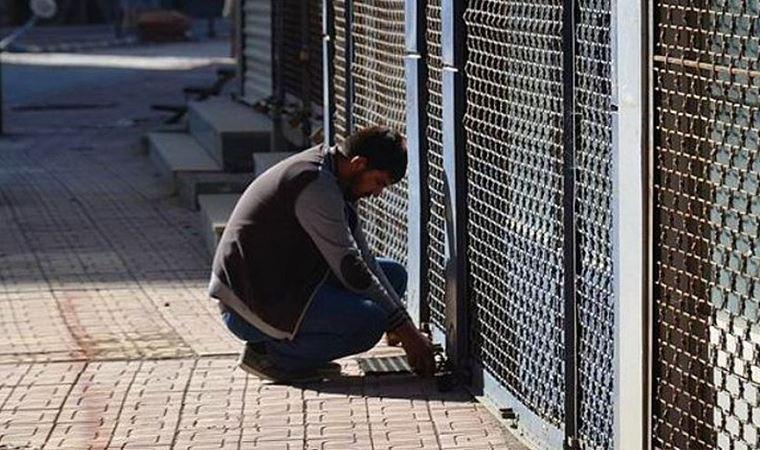 Kriz hala acı verici. Artan maliyetler, borcun iade edilememesi ve özellikle döviz kurunun yükselmesi bayilerde zincirleme iflaslara neden oldu.Türkiye'de son 15 yılda kepenk taşıdı, işlem adedi bir milyon 896 bine ulaştı. Türkiye Esnaf ve Sanatkarlar Federasyonu (TESK) Verilere göre bu, 2019'da Türkiye'de 114.977 işlemin iflas ettiği son dokuz yılın en yüksek rakamı oldu. Türkiye'deki toplam işlem sayısı yüzde 1 milyon 791 bin 201'dir. TESKA verilerine göre, Türkiye'deki işlemlerin çoğu 2005 yılında iflas etti. O dönemde 282.000'den fazla bayi iflas başvurusunda bulundu ve 2011'de batan ikinci büyük bayi 143.000 olarak kaydedildi. 2019 yılında üçüncü en büyük üye işyeri sayısının kapatıldığı yıl olarak kaydedildi.