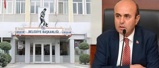 """Salahaddin İkışıolu, Kırşehir belediyesinin eski dönem borcunu 100 milyon TL azalttığını, 2020 bütçesinin yıl sonunda yüzde 85 gerçekleşme oranına ulaşacağını duyurdu. Bunun gerçekleştirildiğini kaydeden Ekicioğlu, """"Bu büyük bir başarı"""" dedi.Kırşehir Belediyesi'nin Kasım ayında Belediye Başkanı Salah El-Din İkishioğlu başkanlığındaki olağan meclis toplantısının ikinci oturumu Neshat Ertrash Kültür ve Sanat Merkezi'nde yapıldı ve salgının başlamasına rağmen 2020 bütçesi yüzde 75'e ulaşırken, Kırşehir Belediyesi bu oranda birçok ili aştı. """"Epidemiyolojik koşullara rağmen 2020 bütçemizin yüzde 75'ine ulaştık. Bu gerçekten büyük bir başarı. Bu oranın yılbaşından itibaren önceki yıllara yetişeceğine inanıyoruz. Bildiğiniz gibi yeni bir borç yapılandırma yasası onaylandı ve 210 milyon soruşturma sayısına ulaşmış olacağız. """"O konuştu."""