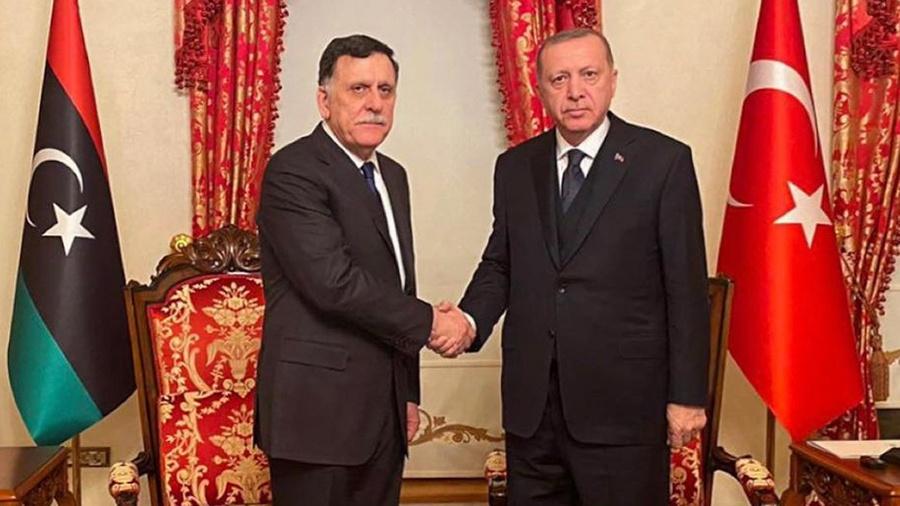 """Buna karşılık, Temsilciler Meclisi üyesi Ali Al-Takbali, Türkiye'nin siyasi forum değil, başta askeri yol olmak üzere her düzeyde tüm müzakereleri engellemek istediğini doğruladı ve Türkiye'nin siyasi müttefiklerini bir hükümette harekete geçirerek, sınırlı da olsa askeri bir saldırı başlatmasını dışlamadığını ekledi. Al-Wefaq veya batı bölgesindeki silahlı milis liderleri. Suriye'den Libya'ya nakledilen Tunus uyruklu 10.000'den fazla cihatçıya ek olarak 7.000'den fazla Suriye uyruklu paralı askerin varlığının devam etmesi ve basın bürosuna göre paralı askerlerin varlığının zirvesinde olduğunu belirtti. Ayda maaşları 40 milyon dolara ulaşan 18 bin kişi """"Bu meblağları kim ödüyordu? Uzlaşma hükümetinden mi yoksa başka bir ülkeden mi? Kesinlikle Türkiye o parayı ödemedi; Çünkü Türkiye mülteci dosyasında olduğu gibi para alıyor ve vermiyor."""