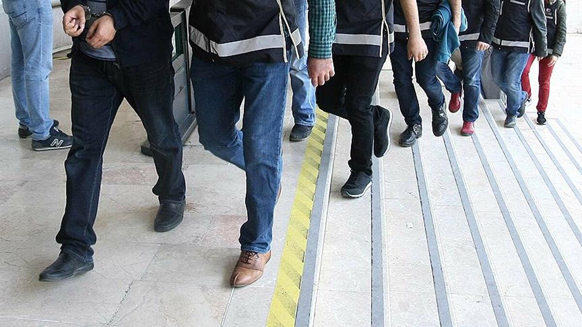 Fethullahçı terör örgütünün (FETÖ) İzmir merkezli 50 ilde Türk Silahlı Kuvvetleri (TSK) yapılanmasına yönelik operasyonda, örgütün sözde imamlarıyla temas halinde olan 295'i faal olmak üzere 295 kişi tutuklandı. FETÖ'nün Türk Silahlı Kuvvetleri bünyesinde yapılanmasına ilişkin İzmir Cumhuriyet Başsavcılığı tarafından yürütülen soruşturma kapsamında polis ve jandarma ekipleri, örgüt yöneticileriyle görüştüğü iddia edilen 295'i faal olan 304 şüpheliyi tutuklamak için polis ve jandarma ekipleri tarafından çalışmalara başladı. , Genel telefonlarda veya büfe telefonlarında örgütün `` özel imamları '' olarak nitelendirilenler.