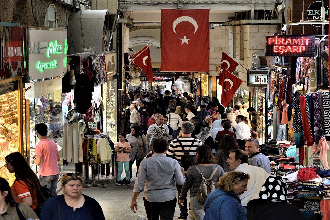 Enflasyon, vatandaşların üzerindeki yükü hafifletme çabaları hakkında peş peşe yapılan açıklamalara rağmen, Türkiye'yi yeniden sert vurdu. Yıllık enflasyon oranı beklenenin üzerine çıkarak geçen Kasım ayında yüzde 14,03 ile Türk lirasının döviz kurundaki döviz kurundaki bozulma nedeniyle Ağustos 2019'dan bu yana en yüksek seviye oldu. Yeni enflasyon rakamları, Türkiye merkez bankasının geçtiğimiz ay faiz oranlarını önemli ölçüde artırma yönündeki yeni liderliğindeki hamlesinin ardından, para politikasını sıkılaştırmaya yönelik baskıları sürdürüyor. Türkiye İstatistik Kurumu verilerine göre, tüketici fiyatları geçen Ekim ayına göre aylık bazda yüzde 2,3 arttı. Yıllık bazda enflasyonun yüzde 12,6 olması bekleniyordu.