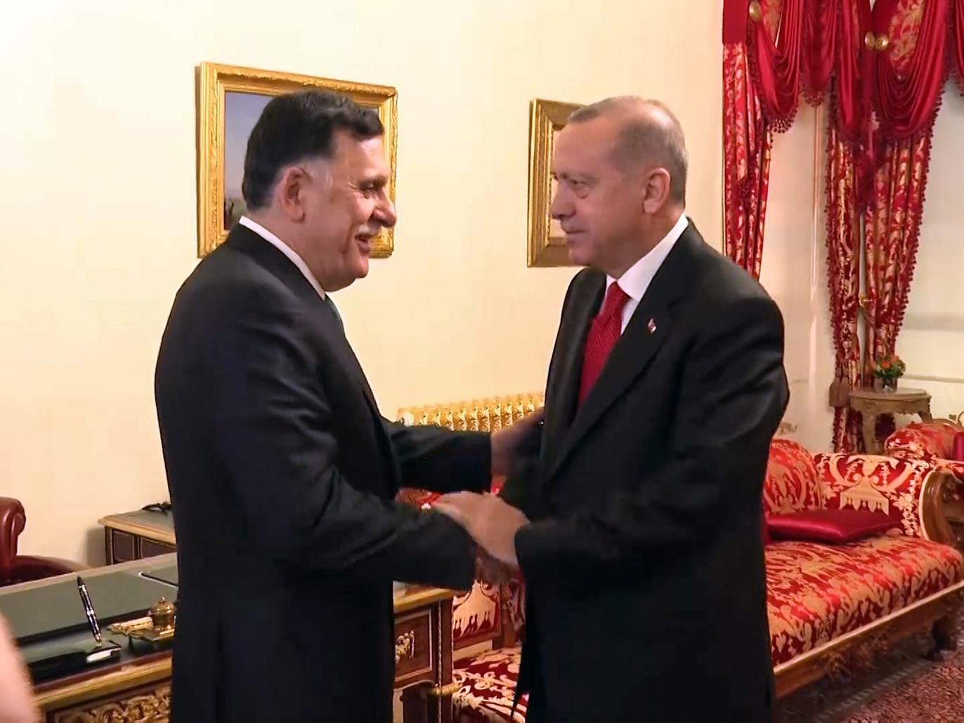 """Türkiye Cumhurbaşkanı Recep Tayyip Erdoğan'ın rejimi, krizi uzatmak ve siyasi çözüme giden yolu kesmek amacıyla ülkenin batısındaki varlığını 18 ay daha uzatma kararını açıklayarak Libyalıları kışkırttı. Türkiye Cumhurbaşkanlığı, Libya'da kuvvet konuşlandırmasının 18 aylık bir süre için uzatılması için Parlamento'ya teklif sunarak, """"Risk ve tehditler Libya'dan Türkiye'ye ve tüm bölgeye geliyor ... Akdeniz ve Kuzey Afrika olumsuz. Bu Türk yaklaşımı, geçtiğimiz Ekim ayının yirmi üçte birinde Birleşmiş Milletler himayesinde imzalanan Cenevre Anlaşması'na ve Karma Askeri Komite'nin Ghadames ve Sirte'deki toplantılarında açıklanan çıktılarına bir meydan okuma olarak görülüyor ve Türk kuvvetlerinin ve Erdoğan'ın paralı askerlerinin Libya topraklarındaki varlığının genişlemesinin ateşkes kararına ve bölgesel çabalara geniş yankı uyandırması bekleniyor. Ve ülkede güvenlik ve istikrar sağlamak için uluslararası standartlar."""