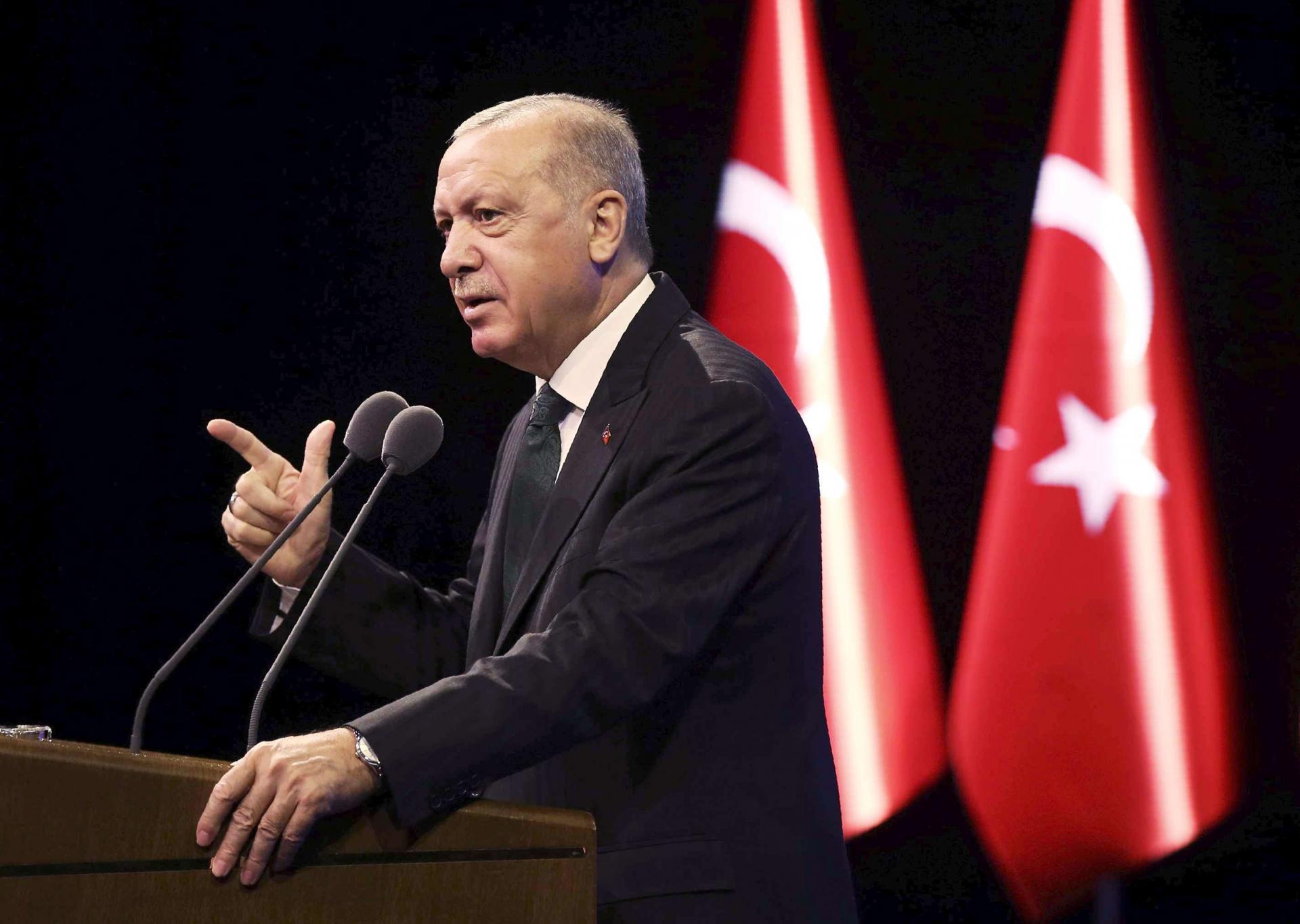 """Türkiye'de de çok sayıda varlığa sahip olan şirket, 2007 yılında en dikkat çekici 160 milyon dolarlık alım olan Türk bankasına yaptığı yatırımın yüzde 34,3'ünü gerçekleştirdi.NBK da önemli firmaların hisselerini satın aldı ve aralarında Dünya Göz Hastaneleri, Yodom Gıda, Aras Kargo, Dim İlaç ve Kılıç Deniz olduğunu belirtti. Eyalette şirket hisselerini satarak çıkışını duyuran şirket, """"Yatsan, System-9, Perko ve Bavet Chemical'ın portföyü Türkiye'de kaldıysa, Temmuz 2012'de NBC'nin işlettiği Buffett'in pazardaki mülkleri bünyesine yüzde 50 hisse kattı ve ortaklık sona erdi. Buffett geçen hafta National Bank of Kuwait'in kontrolündeki yüzde 50 hisseyi geri aldı ve böylece 8 yıl sonra National Bank of Kuwait, Turkish Buffett Company'den çıkışını tamamladı."""