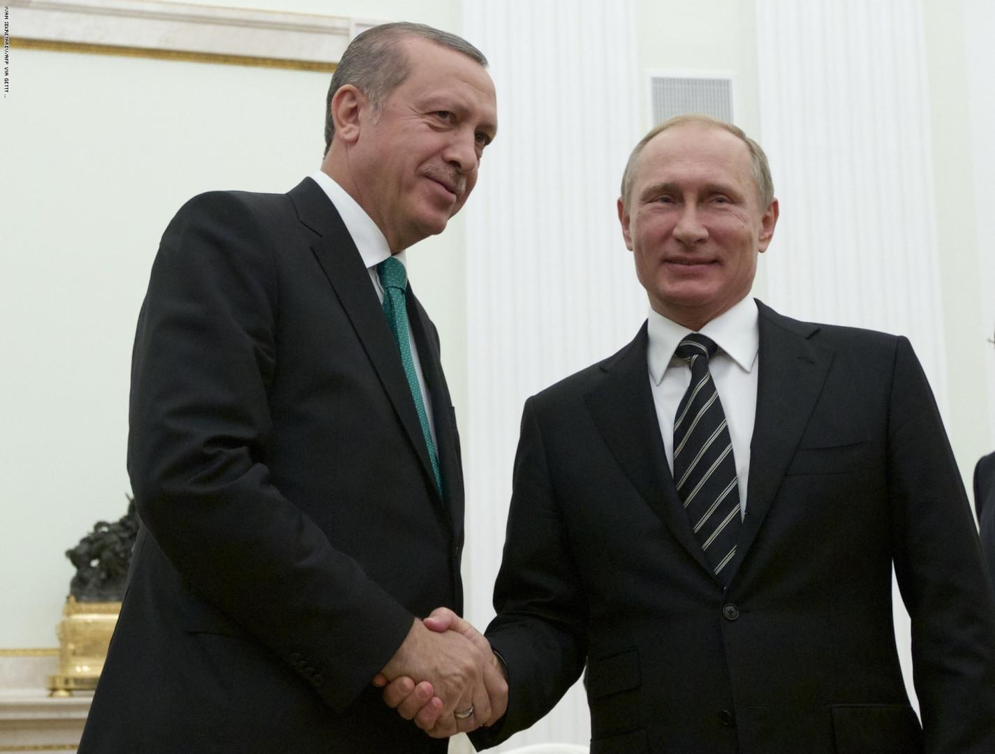 """American Wall Street Journal, """"Recep Tayyip Erdoğan'ın Seçimi"""" başlıklı bir makale yazdı. Açıklamada, yaptırımların """"Türk Savunma Sanayii Müdürlüğü ve üst düzey yöneticiler hedefler aldı. UFK'ların SSB ile anlaşmadan önce iki kez düşünmesi gerekecek"""" başlıklı makaleyi gözden geçirdiği belirtildi. Rusya'dan S-400'e yaptırım uygulama kararı nedeniyle Türkiye, ABD tarafından teslim alındıktan sonra alınmış ve WSJ yayın kurulu imzasını taşıyan makaleler yayımlanmıştır. Ekonomideki değişikliklere atıfta bulunarak, """"Türkiye ekonomisi geçtiğimiz ay Erdoğan hükümeti yönetiminde ekonomik ekibi değiştirmeye zorlandı. Ancak ülkedeki refah düzeyine ulaşmanın yolu Batı ile ve özellikle Avrupa Birliği ile yakın entegrasyondan geçiyor."""" Bu tamamen Erdoğan'a kalmış. Ankara'nın NATO müttefikleri ile ilişkilerini güçlendirmek ya da Rusya gibi bir ülke ile ilişkilerini arttırmak ekonomik açıdan hiçbir kazanç sağlamaz. """""""
