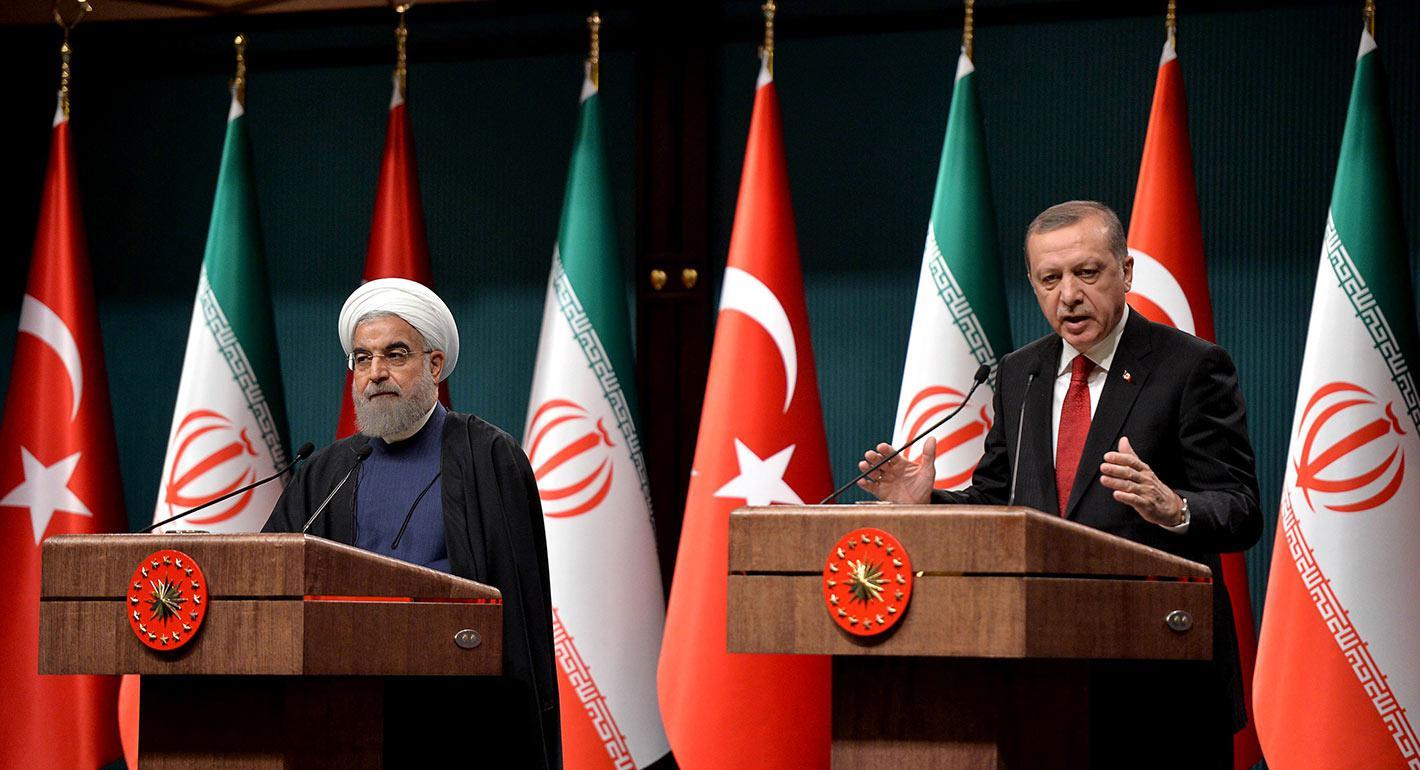 """""""Türkiye Cumhurbaşkanı Recep Tayyip Erdoğan'ın Azerbaycan'daki bir kutlamaya katılırken okuduğu Aras Nehri ile ilgili bir şiirden ayetler, Tahran'ın iç işlerine kabul edilemez bir müdahale ve ayrılığa tahrik olarak gördüğü ve Türk büyükelçisi Derya Urs'u kendisine çağırmasına neden oldu."""" Aynı yayılmacı gündemi paylaşan iki ülkenin ufkunda bir diplomatik kriz, Ortadoğu'da ve dünyada aynı yıkım küreklerini görüyorlar. Bir mal treninin Türkiye'den Çin'e gelişinden, İran'ı atlayarak ve Çin'e ulaşana kadar Gürcistan, Azerbaycan, Hazar Denizi ve Kazakistan'dan geçmesinden bahsediliyor."""
