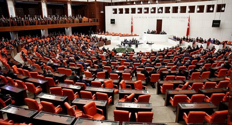 """Türkiye Varlık Fonu (TVF) CHP Grubu Başkan Yardımcısı, İstanbul Menkul Kıymetler Borsası işlemlerini ve AKP'nin Katar'a transferini araştırmak için komisyon kurulması teklifinin gündeminin yüzde 10'unu MHP oyuyla reddetti. TBMM Başkanı Kheir Lütfü Türkkan Partisi'nin sunduğu teklif doğrultusunda """"Türkiye'nin fon varlıklarının kamu yararına saygı göstermeyen mali faaliyetlere ilişkin incelemesi"""" AKP ve MHP tarafından reddedildi. Kılıçdaroğlu, servet fonunun denetlenmemesini eleştirerek şu açıklamalarda bulundu: """"Tüm kamu bankaları ve teknoloji şirketleri burada. Erdoğan isterse Ziraat Bankasını bir dolara Katar'daki bir bakkal dükkanına satabilir. Ya da oğlu ya da yakın arkadaşı. Çünkü ihale kanununa tabi değil. Ne kadar sattığını anlattım. Servet fonu 200 milyon dolarlık bir açıklama yaptı."""" Neye bağlı olarak, 200 milyon dolar - 200 milyon dolar bu şirketin 15 veya 20 için elde ettiği karla eşdeğerdir."""
