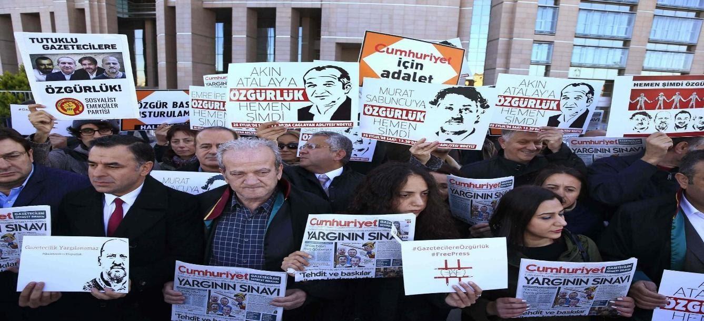 Uluslararası haberlere göre, Türkiye Cumhurbaşkanı Recep Erdoğan basın ve medyayla mücadele için çalıştı ve hükümdarlığı döneminde Türkiye, Türk yetkililerin 53 gazete, 34 televizyon kanalı ve 37 radyo istasyonunu (Radyo ), 20 dergi, 6 haber ajansı ve 29 yayınevi.İnternet üzerinden dijital yayın yapan birçok haber sitesine de yasak getirildi ve Türk hapishanelerinin arkasında tutuklu veya hükümlü olmak üzere en az 103 gazeteci ve medya çalışanı var.Eski gazeteciler, milletvekilleri, akademisyenler, avukatlar, insan hakları ve demokrasi aktivistleri de dahil olmak üzere binlerce barışçıl hükümet eleştirmeni ve muhalifi gözaltına alındığı ve hapsedildiği ve bazıları zorla kaybetmeye maruz bırakılıp aylarca kimseyle görüşülmeden tutulan Türk rejimi, darbe girişimini sayısız insan hakkı ihlali bahanesi olarak kullandı. Bilinmeyen yerlerde, herhangi bir yasal gerekçe olmaksızın, suçlamalarda bulundular.