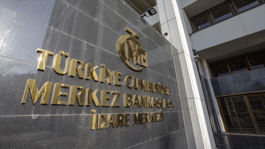 Türkiye Merkez Bankası'nın yeni yönetiminin öncelikleri, faiz oranlarını 475 baz puan artırarak yüzde 10,25'ten yüzde 15'e çıkarma cesur kararıyla vurgulandı. Bankanın tüketici fiyatlarını yüzde 10'un altına çekmek için başlattığı çabaların bir göstergesi olarak, faiz oranlarında önemli bir artışla temsil edilen para politikası araçlarının kullanılmasıyla enflasyon ilk hedef ve merkez bankasının başı olarak ortaya çıkıyor. Merkez Bankası, Para Politikası Kurulu toplantısının ardından yaptığı açıklamada, önümüzdeki dönemde enflasyonda sürdürülebilir bir düşüş sağlanana kadar sıkı parasal duruşun sıkı bir şekilde sürdürüleceğini söyledi.