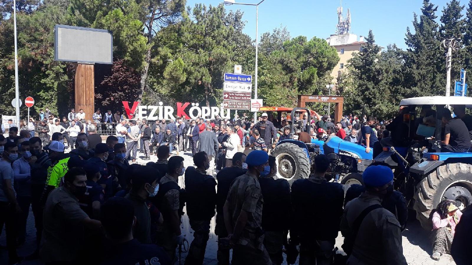 Samsun'da köylüler, AKP'li belediyeyi taşladı!